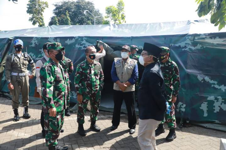 Wali Kota Malang Sutiaji (memakai kopiah) saat meninjau kesiapan RS Darurat Lapangan baru di kawasan RST dr Soepraoen pada Senin (12/07/2021). (Foto:Azmy/Tugu Jatim)