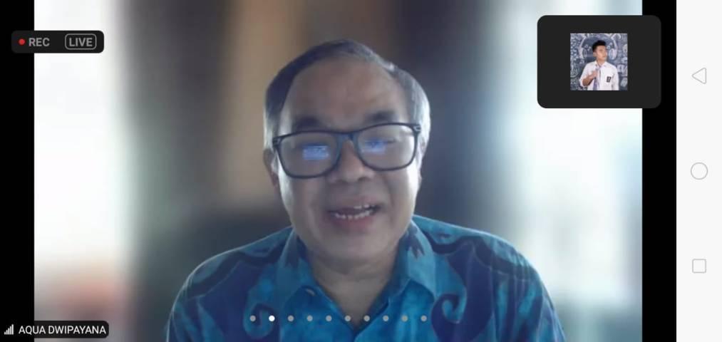 Pakar Komunikasi dan Motivator Nasional Dr Aqua Dwipayana saat menyampaikan materi dalam webinar bersama 180 anggota Unit Kegiatan Mahasiswa (UKM) Resimen Mahasiswa (Menwa) Batalyon B-920/Jayastambha Universitas Pendidikan Ganesha (Undiksha) Kota Singaraja, Bali, melalui virtual pada Sabtu (31/07/2021).(Foto: Rizal Adhi/Tugu Jatim)