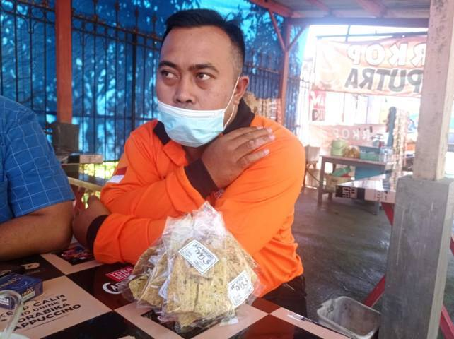 Puji Susanto, pengusaha UMKM keripik tempe dan kerupuk di Kabupaten Malang, yang mengalami penurunan omzet drastis akibat PPKM Darurat, Selasa (20/07/2021).(Foto: Rizal Adhi/Tugu Jatim)