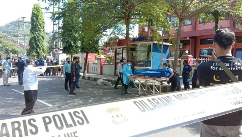 Evakuasi tukang becak, korban pembacokan, di Kabupaten Trenggalek. (Foto: Zamzuri/ Tugu Jatim)