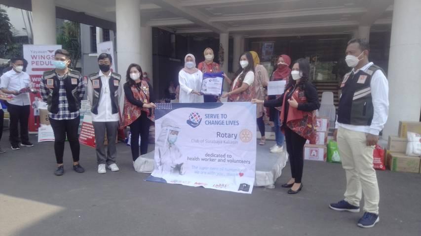 President Rotary Club Surabaya Kaliasin Dwi Santi (kanan) menyalurkan bansos melalui Pemkot Surabaya, Rabu (28/07/2021). (Foto: Rangga Aji/Tugu Jatim)