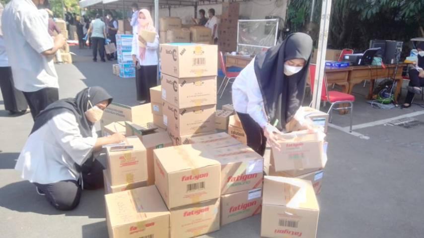 Bantuan peralatan kesehatan dan APD yang dikirimkan ke Pemkot Surabaya, Rabu (21/07/2021). (Foto: Rangga Aji/Tugu Jatim)