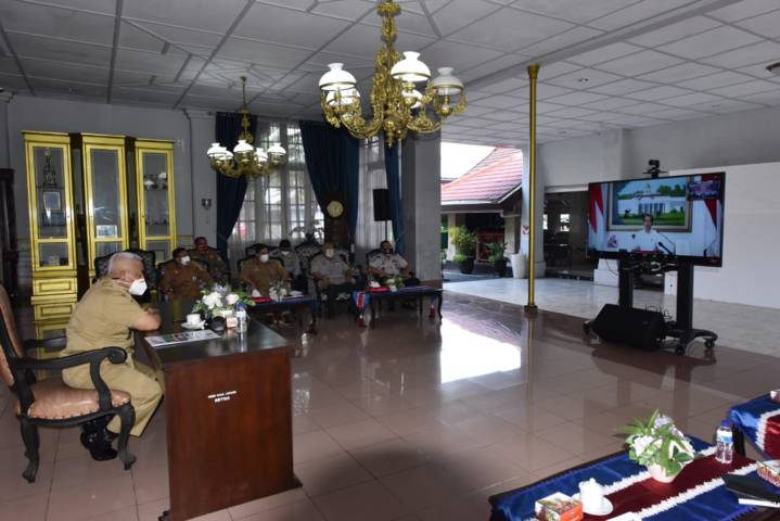 Bupati Malang H.M. Sanusi saat melakukan Zoom Meeting bersama Presiden Jokowi. (Foto: Rizal Adhi/Tugu Jatim)