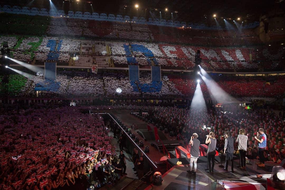 One Direction saat tampil bersama dalam sebuah acara/tugu jatim