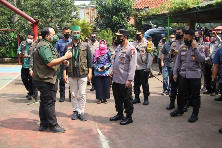 Kapolri Jenderal Listyo Sigit Prabowo tinjau kolaborasi vaksinasi massal Polri dengan PB Himpunan Mahasiswa Islam (HMI) di SMAN 38 dan PB SEMMI di Universitas Indraprasta Jakarta, Kamis (15/07/2021). (Foto: Polda Jatim/Tugu Jatim)
