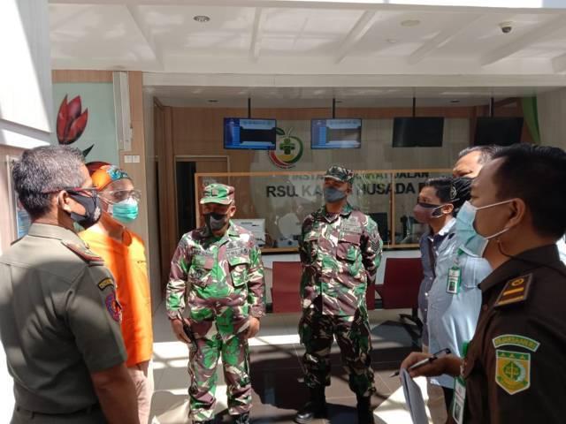 Ketua Satgas Covid-19 RS Karsa Husada Kota Batu dr Bambang Wishardana (baju oranye) menjelaskan ketersediaan fasilitas kesehatan RS kepada Satgas Covid-19 Kota Batu. (Foto: Sholeh/Tugu Jatim)