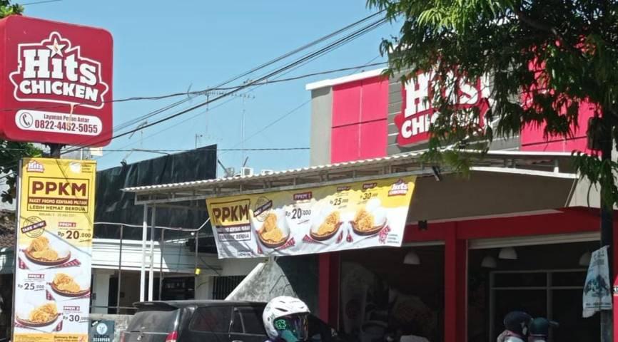 Salah satu tempat makan di Jalan Lettu Suyitno ini hanya melayani take away selama PPKM Darurat. (Foto: Mila Arinda/Tugu Jatim)