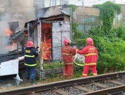 Diduga Korsleting Listrik, Rumah Lansia di Pinggir Rel Kereta Api Malang Terbakar