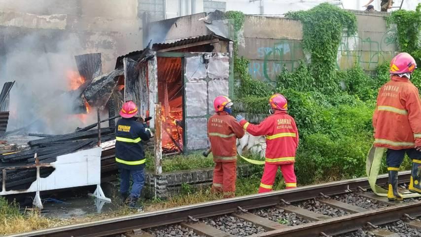 Bangunan liar milik lansia di pinggir rel kereta api, tepatnya di belakang Hotel Savana Kota Malang, terbakar pada Selasa (13/07/2021). (Foto:Azmy/Tugu Jatim)