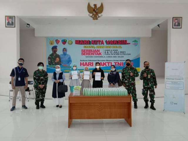 Karumkit RSAU dr Munir Lanud Abd Saleh Kolonel Kes dr Ari Putriani Sp.PK bersama peserta vaksinasi menunjukkan sertifikat vaksinasi Covid-19. (Foto: M. Sholeh/Tugu Jatim)
