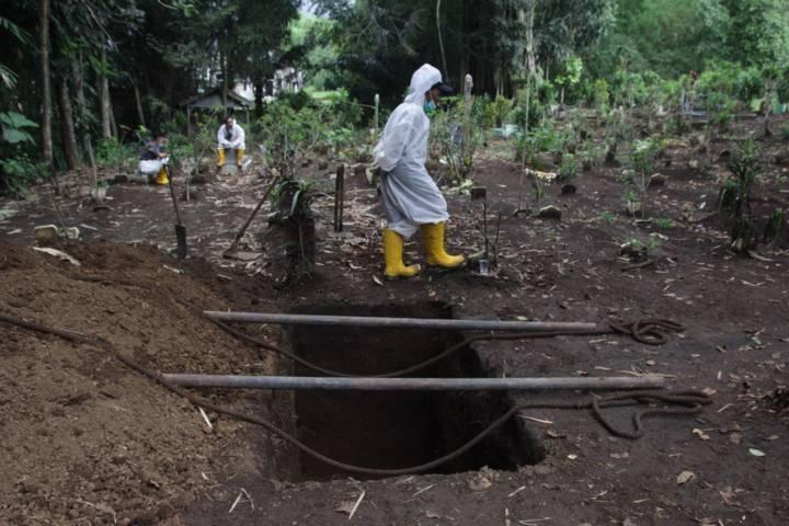 Ilustrasi petugas pemulasaraan tengah mempersiapkan pemakaman jenazah Covid-19 di Kota Malang. (Foto: Rubianto/Tugu Jatim)