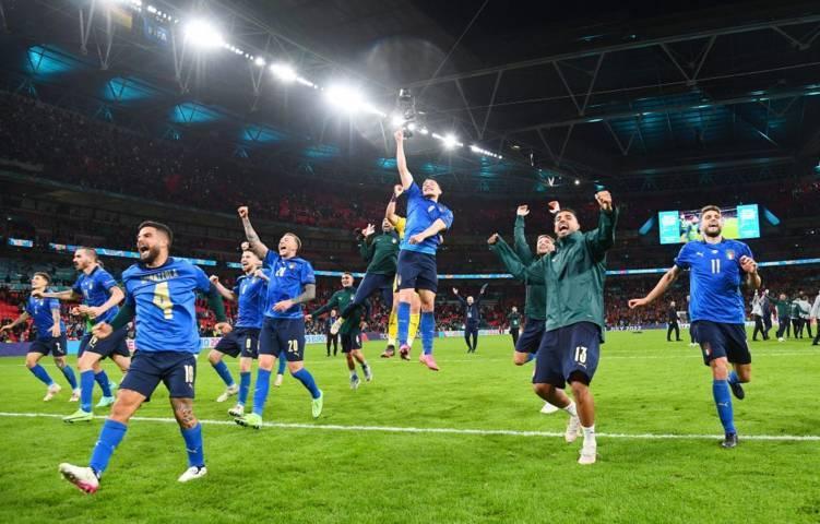 Timnas Italia merayakan keberhasilannya melenggang ke final Euro 2020, Rabu (07/07/2021). (Foto: Twitter @azzurri/Tugu Jatim)