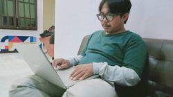 Dicky Hanafi, mahasiswa semester 12 Jurusan Desain Komunikasi Visual Universitas Negeri Malang (UM), yang melakukan kuliah sambil bekerja, Jumat (23/04/2021). (Foto: Rizal Adhi/Tugu Jatim)