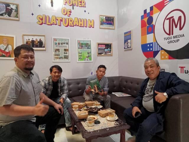 Dari kiri, CEO Tugu Media Group Irham Thoriq, GM Tugujatim.id Bayu Eka, GM Tugumalang.id Fajrus Sidiq, dan Tenaga Ahli Utama Kementerian Desa dan Daerah Tertinggal Gus Din di kantor Tugu Media Group, Senin (28/06/2021). (Foto: Tugu Media Group)