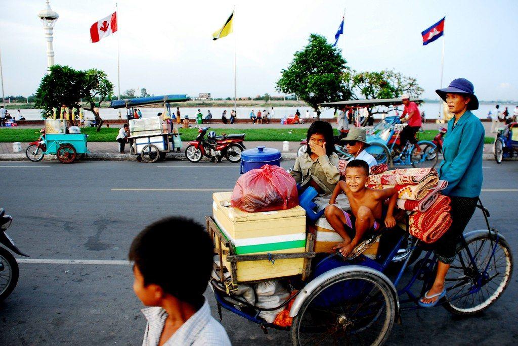 Ilustrasi becak Cyclo di Phnom Penh, Kamboja, membagikan makanan gratis/tugu jatim