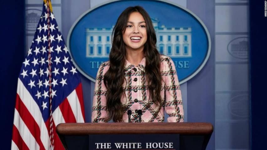 Olivia Rodrigo terlihat mengenakan setelan Chanel dalam konferensi pers White House. (Foto: Kate Sullivan, CNN/Tugu Jatim)