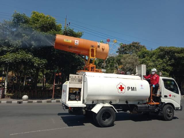 Mobil Gunner Spray milik PMI Jatim menyemprotkan desinfektan di Alun-Alun Kota Batu, Rabu (28/07/2021). (Foto: M. Sholeh/Tugu Jatim)