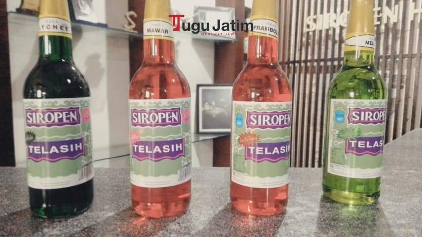 Botol Siropen Water, Siropen Telasih, dan Siropen Gourmet yang dijajar di atas meja Pabrik Siropen di Jalan Mliwis No 5 Surabaya, Kamis (01/07/2021). (Foto: Rangga Aji/Tugu Jatim)