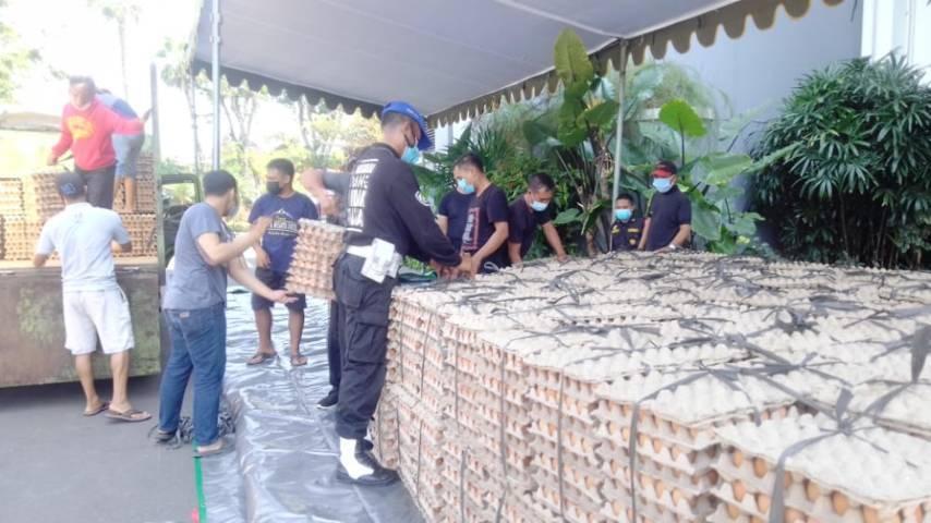 Yayasan Paliatif Surabaya (YPS) menyalurkan bantuan sembako yang dikirimkan ke Pemkot Surabaya, Rabu (21/07/2021). (Foto: Rangga Aji/Tugu Jatim)