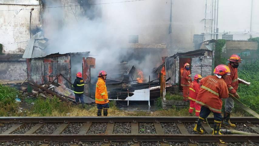 Petugas Damkar Kota Malang berusaha memadamkan api.(Foto:Azmy/Tugu Jatim)