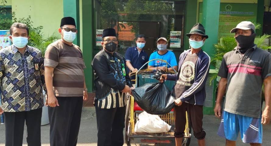 Kepala Kantor Kementerian Agama Kabupaten Tuban Sahid saat membagikan daging kurban secara langsung kepada masyarakat. (Foto: Humas Kemenag Tuban)