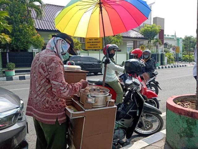 Masikin, 58, pedagang pentol legendaris di depan Kantor BRI, Jl AKBPM Soeroko Bojonegoro. (Foto: Mila Arinda/Tugu Jatim)