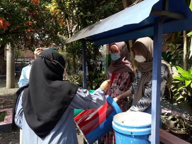 Proses pembuatan tempat sampah organik, B3, dan anorganik dari KKN UM. (Foto: Dokumen/Tugu Jatim)