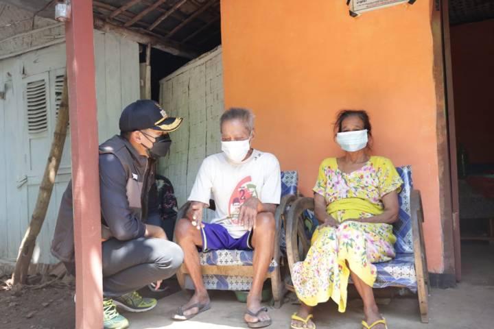 Bupati Tuban Aditya Halindra Faridzky mengecek kondisi warga yang tak mendapat bantuan sosial, pada Kamis (29/07/2021). (Foto: Humas Pemkab Tuban/Tugu Jatim)