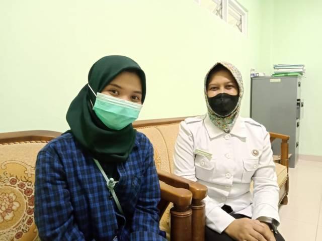 Mila Arinda Putri bersama Kepala Bidang Persampahan Dinas Lingkungan Hidup (DLH) Bojonegoro Muhayanah. (Foto: Mila Arinda/Tugu Jatim)