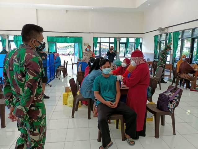 Proses vaksinasi kepada masyarakat di Makodim 0811 Tuban pada Kamis (01/07/2021). (Foto: Rochim/Tugu Jatim)