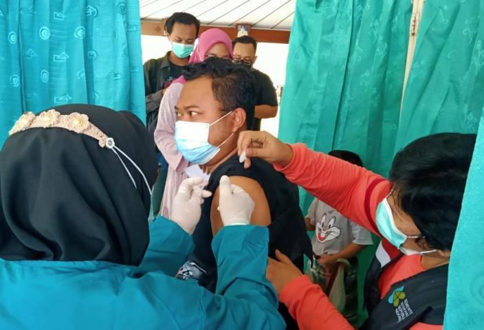 Ilustrasi vaksinasi kepada jurnalis di Bojonegoro, Rabu (17/03/2021) di Pendapa Malowopati Bojonegoro. (Foto: Mila Arinda/Tugu Jatim)