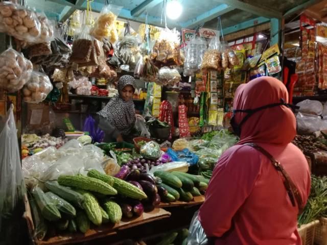 Pedagang sedang melayani pembeli saat berbelanja di Pasar Besar Kota Batu. (Foto: Sholeh/Tugu Jatim)