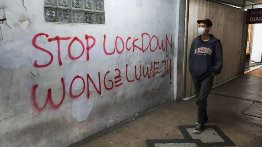 Aksi vandalisme di tembok bangunan di simpang empat Jalan SW Pranoto, Sukoharjo, Klojen, Kota Malang, sebagai bentuk protes warga soal kebijakan PPKM Darurat. (Foto:Azmy/Tugu Jatim)