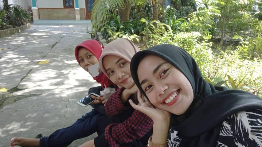 Ulya (depan), penulis (tengah), dan Mila (belakang) saat hendak menuju rumah Mila di Kecamatan Soko, Kabupaten Tuban. (Foto: Dokumen/Tugu Jatim)