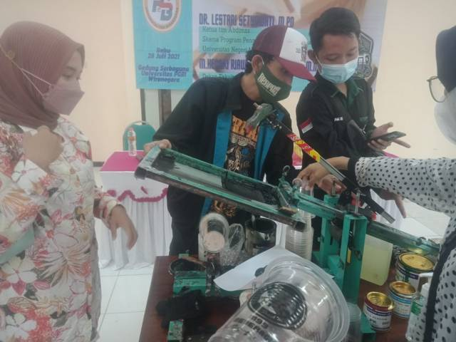Tim Abdimas Fakultas Sastra Universitas Negeri Malang (UM) memberikan pelatihan sablon cup dan botol kemasan untuk warga Kelurahan Purworejo, Pasuruan, Kamis (28/07/2021). (Foto: Dokumen/Tugu Jatim)