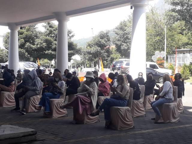 Para pelaku pesta menunggu giliran untuk menjalani sidang Tipiring di Graha Pancasila Balai Kota Among Tani Batu, Rabu (14/7/2021). (Foto: M Sholeh/Tugu Malang/Tugu Jatim)