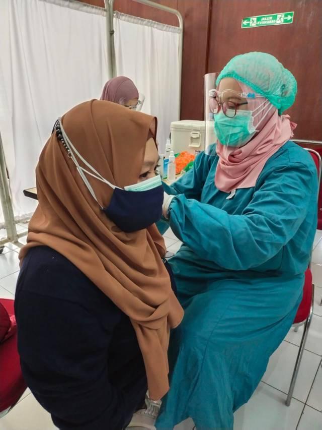 Vaksinator menyuntik difabel dengan vaksin sinovac pada Sabtu (17/07/2021). (Foto: Dokumen/Tugu Jatim)