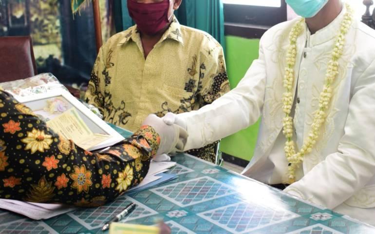Ilustrasi pernikahan di tengah pandemi Covid-19 di KUA Baureno, Bojonegoro, Sabtu (18/04/2020). (Foto: Mila Arinda/Tugu Jatim).