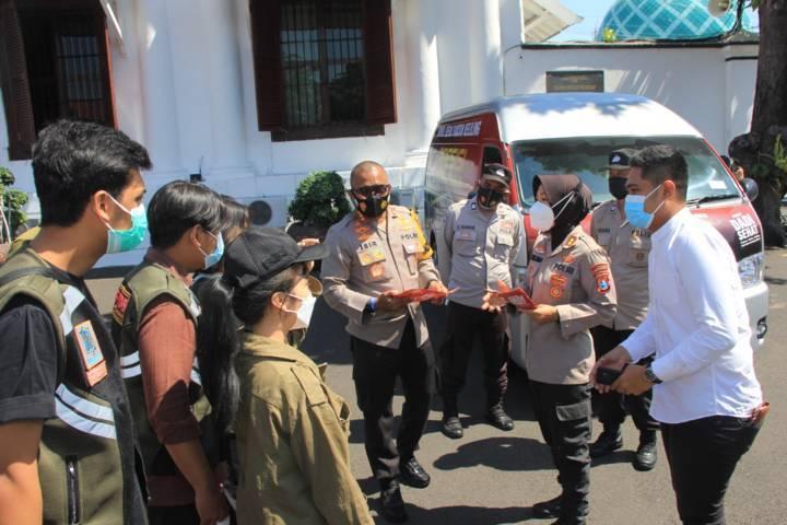 Kapolrestabes Surabaya Kombes Pol Johnny Eddizon Isir SIK MTCP memberikan arahan kepada petugas agar kesadaran masyarakat soal penularan Covid-19. (Foto: Polda Jatim/Tugu Jatim)