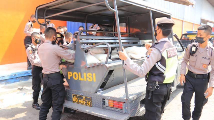 Mobil patroli milik Polres Tuban ini memuat bansos untuk warga terdampak Covid-19 pada Senin (19/07/2021). (Foto: Humas Polres Tuban/Tugu Jatim)