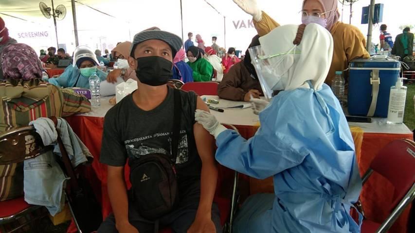 Pelaksanaan vaksinasi di Gelora Pancasila Surabaya, Kamis (29/07/2021). (Foto: Rangga Aji/Tugu Jatim)