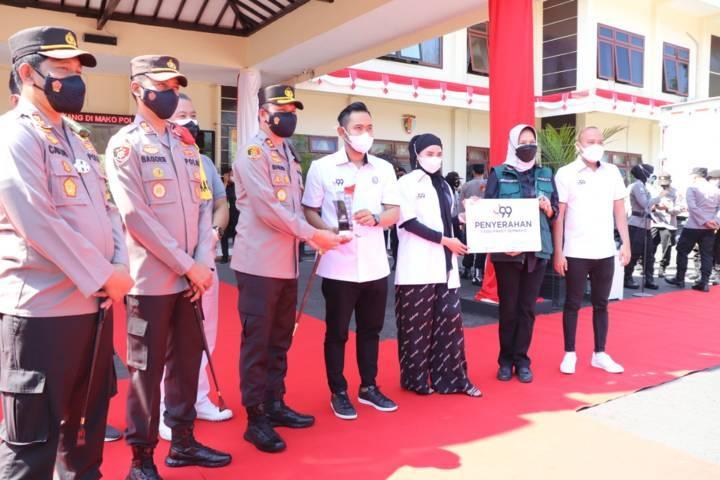 Wali Kota Batu Dewanti Rumpoko menerima secara simbolis bantuan dari pemilik Juragan 99 Gilang Widya Pramana disaksikan oleh Polres se-Malang Raya, Sabtu (24/07/2021). (Foto: M. Sholeh/Tugu Jatim)