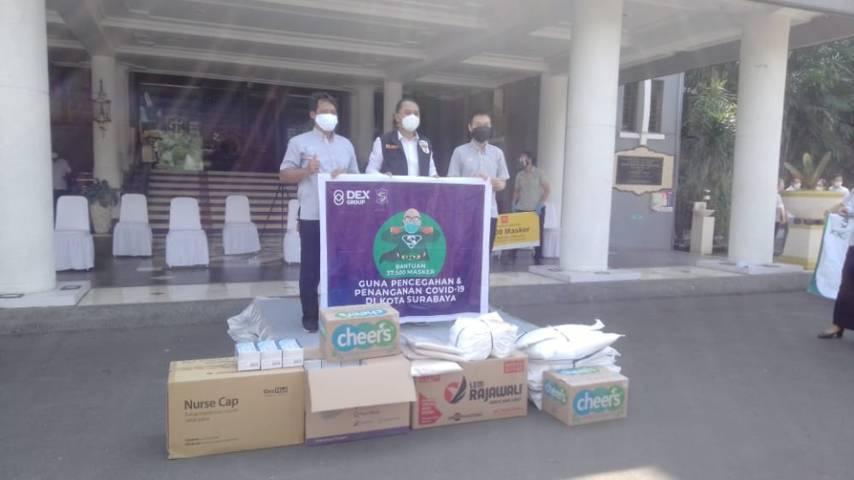 Wali Kota Surabaya Eri Cahyadi menerima bantuan dari DEX Group 37.500 bantuan masker, Rabu (21/07/2021). (Foto: Rangga Aji/Tugu Jatim)
