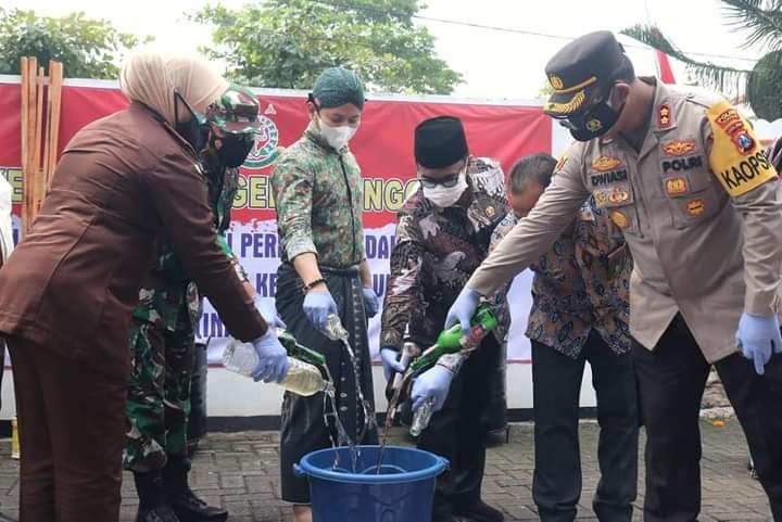 Bupati Mochamad Nur Arifin bersama Forkopimda Trenggalek memusnahkan barang bukti kejahatan pada Kamis (22/07/2021). (Foto: Zamz/Tugu Jatim)