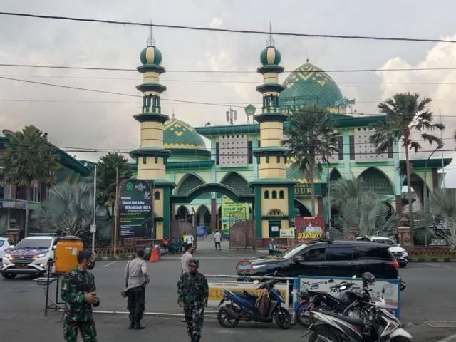 Ilustrasi Masjid Agung An Nur Kota Batu yang ditutup untuk sementara selama PPKM Darurat, Sabtu (03/07/2021). (Foto: Sholeh/Tugu Jatim)