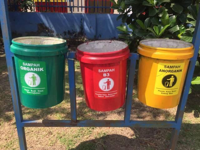 Hasil kegiatan pembuatan tempat sampah organik, B3, dan anorganik dari mahasiswa KKN UM. (Foto: Dokumen/Tugu Jatim)
