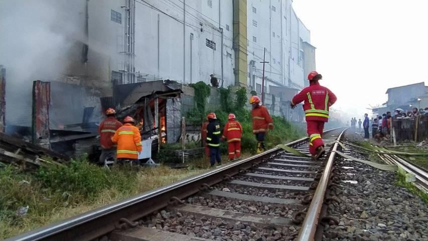 Suasana pemadaman api di pinggiran rel kereta api, tepatnya di belakang Hotel Savana Kota Malang.(Foto:Azmy/Tugu Jatim)