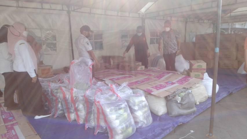 Bantuan sosial (bansos) yang disalurkan melalui Pemkot Surabaya untuk warga terdampak Covid-19 dan nakes yang membutuhkan, Rabu (28/07/2021). (Foto: Rangga Aji/Tugu Jatim)