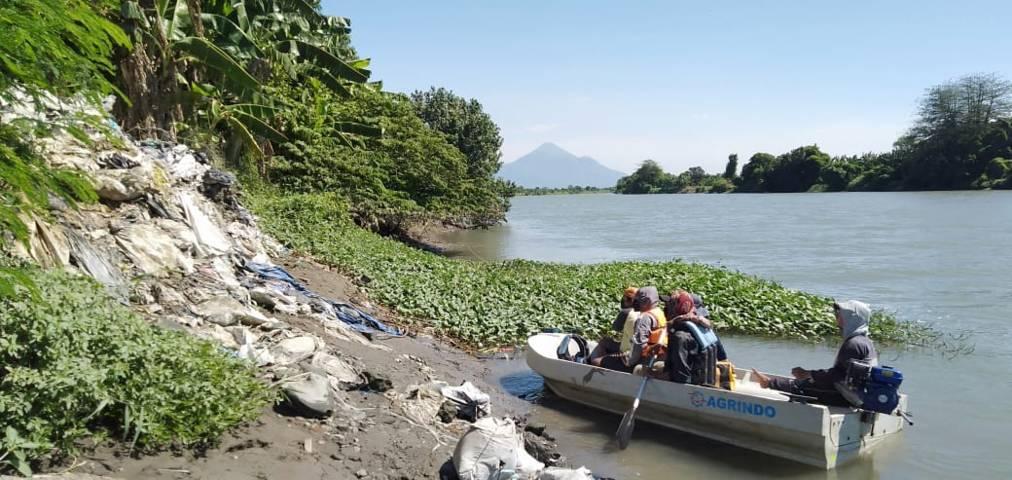Ekspedisi Sungai Nusantara mendapati banyak sampah di Kali Porong. (Foto: Ecoton/Tugu Jatim)