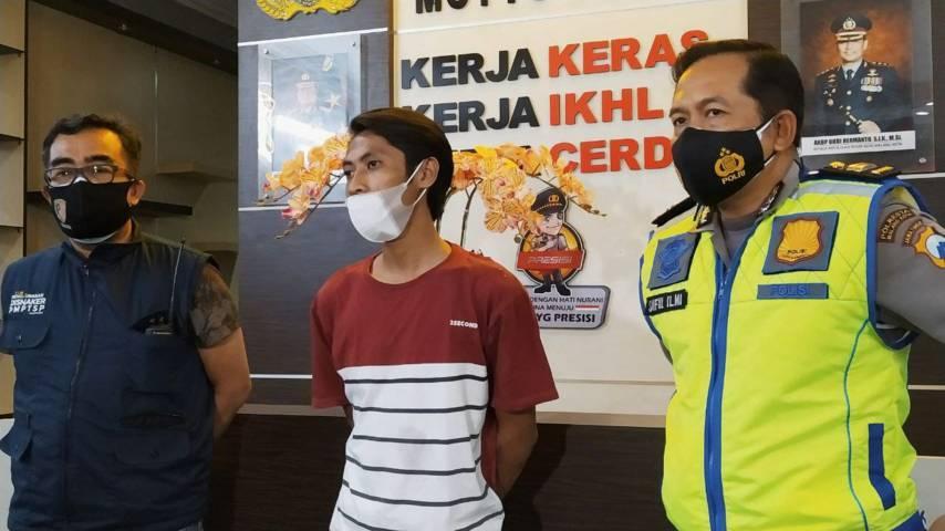 Aji Prasetyo Utomo (APU), pelaku penyebar berita hoax korban laka akibat pemadaman lampu jalan (PJU) di Kota Malang saat memberikan klarifikasi di Mapolresta Malang Kota, Senin malam (05/07/2021). (Foto:Azmy/Tugu Jatim)